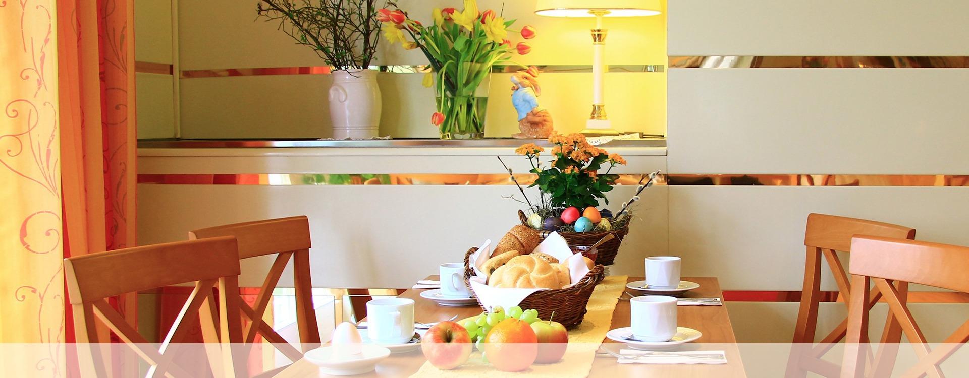 Hotelrezeption im Hotel Villa Eichenau, Frühstücksraum