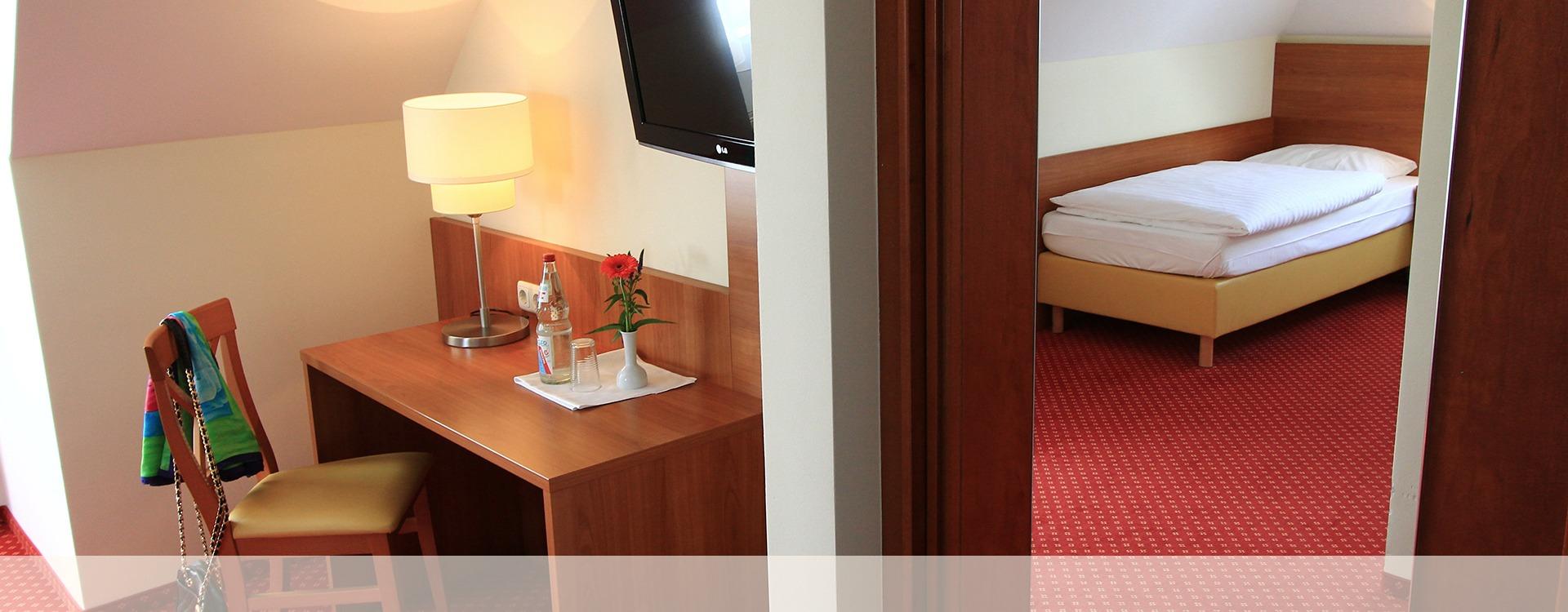 Hotel Eichenau Einzelzimmer mit Schreibtisch und Flachbildschirm