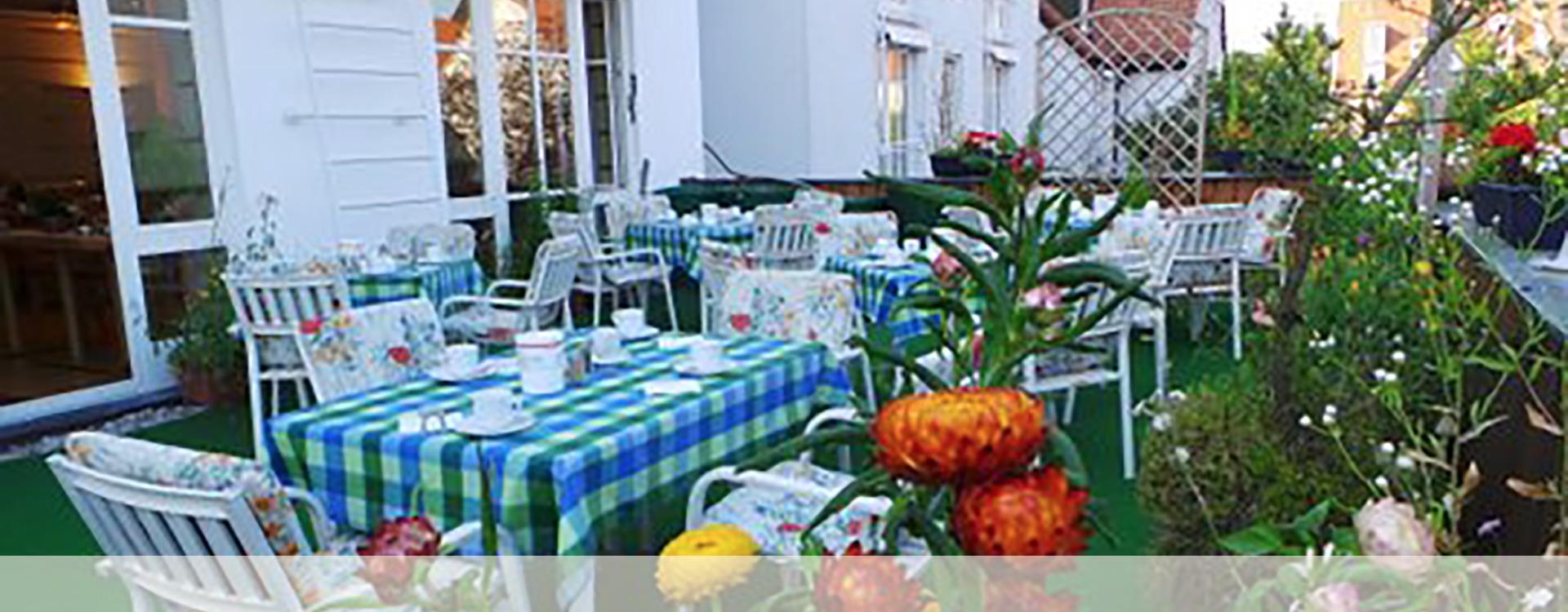 Hotelfrühstück in Eichenau auf der Terrasse